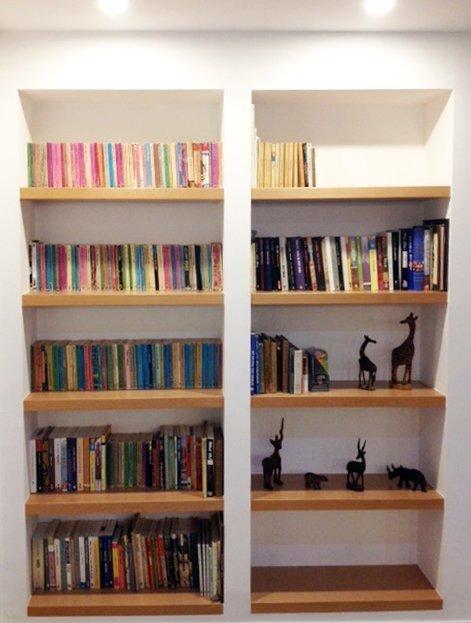 ספריות גבס בשילוב עץ - כוננית ספרים מגבס בשילוב מדפי עץ
