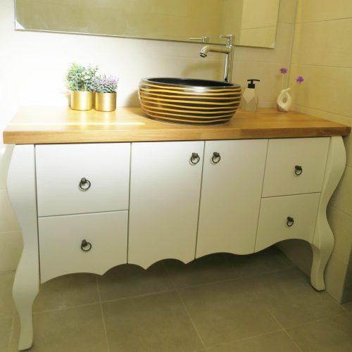 עיצוב חדר אמבטיה כפרי עם כיור עגול בגוונים של זהב ולבן