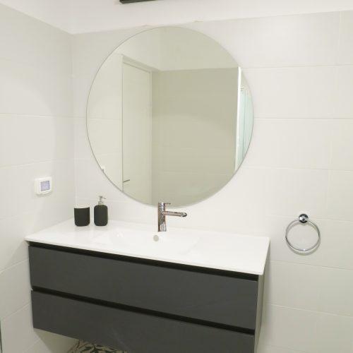 עיצוב מודרני לחדר אמבטיה בדירה בירושלים